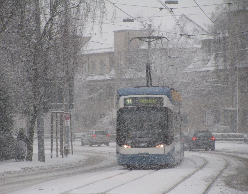 Tram im Schnee am Bucheggplatz